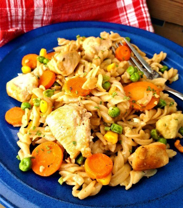 Vollkornnudelpfanne mit Gemüse und Hähnchen