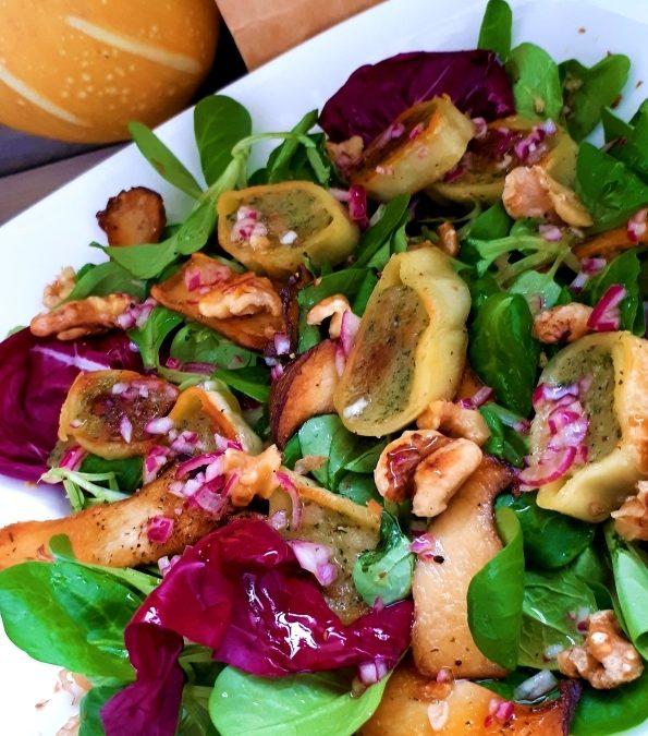 Herbstlicher Salat mit Maultaschen und Pilzen